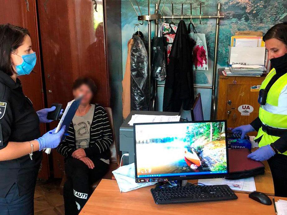 В Черниговской области женщина предлагала взятку полиции за «забытую» дочь