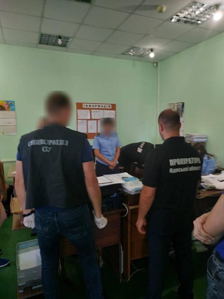 В Одессе таможенники брали взятки за быстрое оформление импортных машин