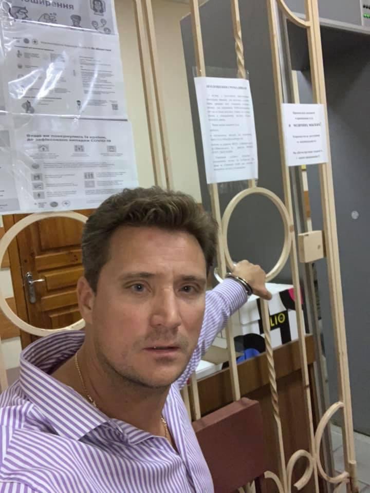 В Краматорске адвокат сутки сидит в суде, прикованный наручниками, требуя рассмотрения дела об убийстве офицером СБУ мирного жителя