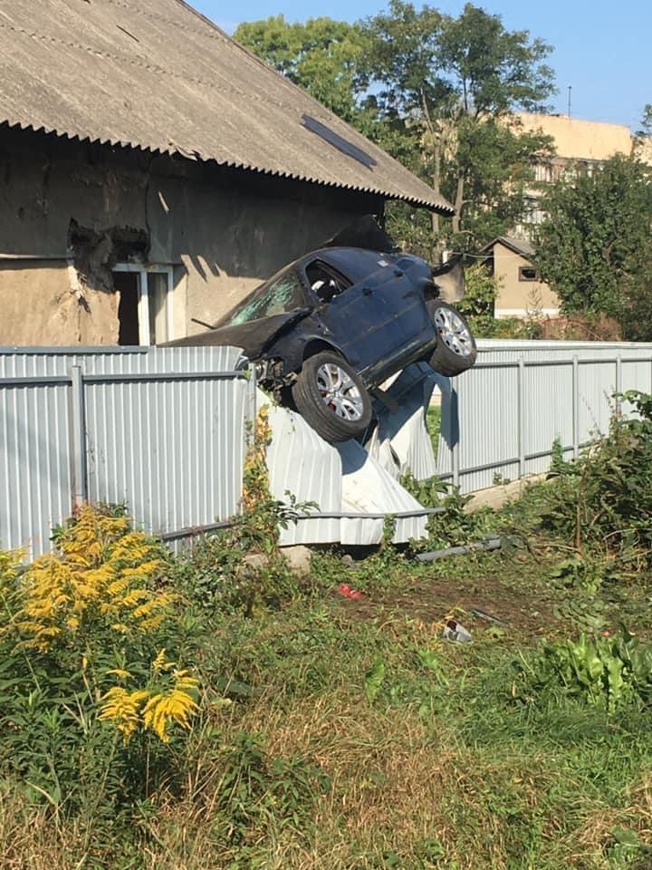 В Черновцах пьяный полицейский заехал на забор частного дома