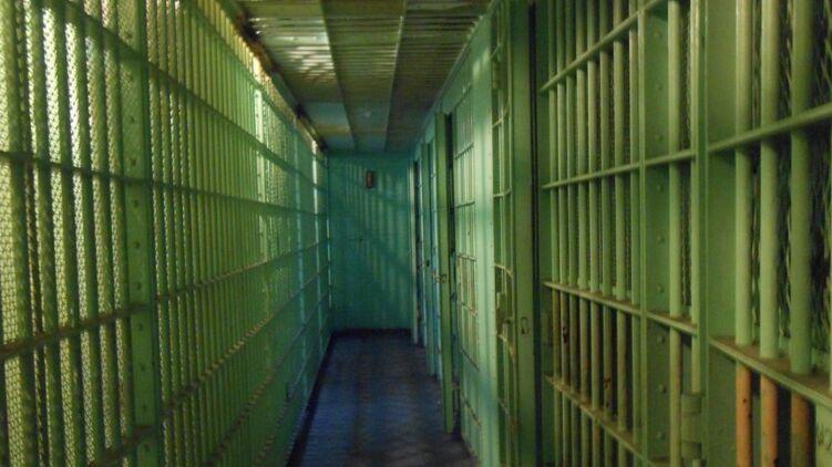Во Львове беглые заключенные застряли на заборе