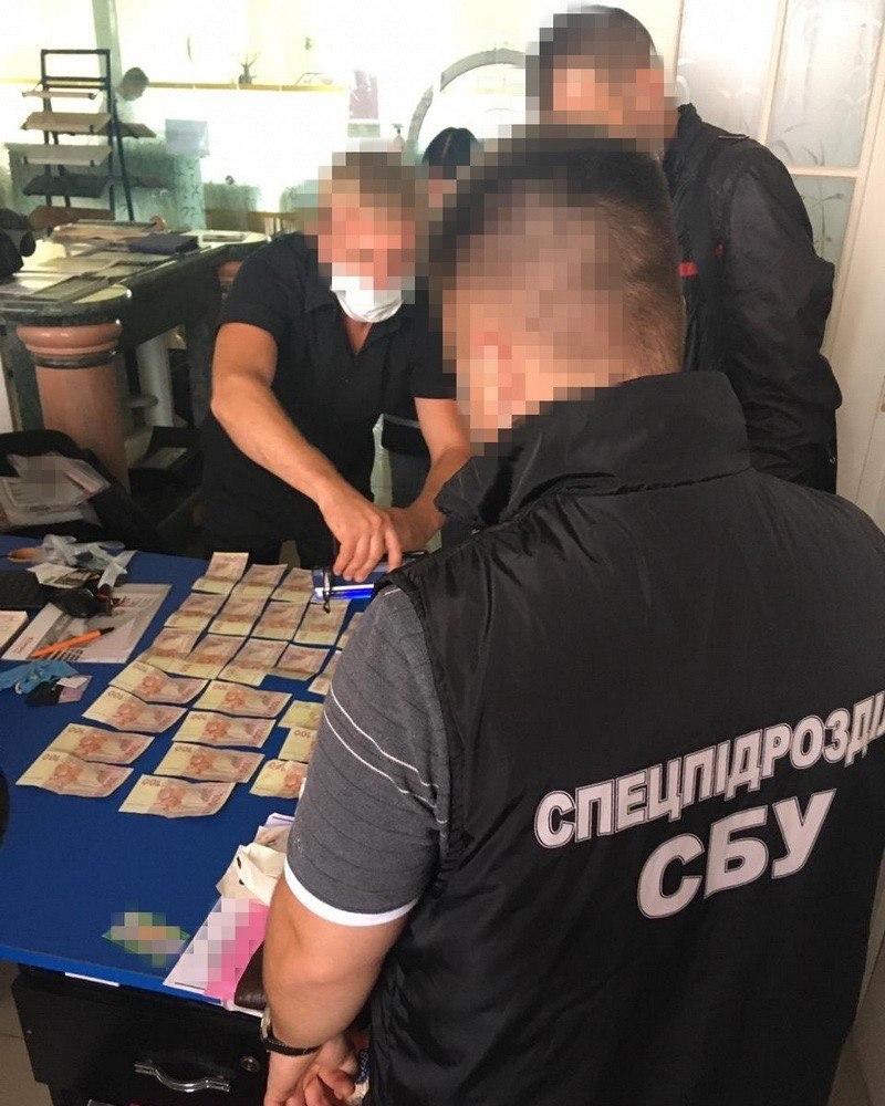 Преступники под видом турфирмы подделывали паспорта стран ЕС для трудоустройства