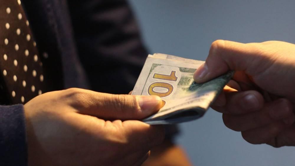 Суд оштрафовал украинца за попытку дать 100 долларов взятки полицейскому