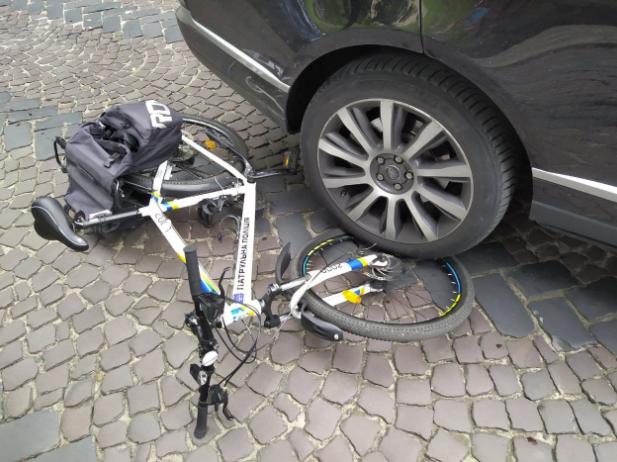 Во Львове пьяный таможенник на Range Rover сбил полицейского