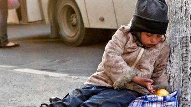 Киевлянин использовал чужого ребенка-инвалида для попрошайничества
