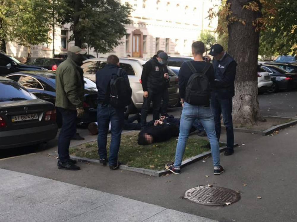 В Киеве мошенники вымогали 18 тысяч долларов за пост помощника нардепа