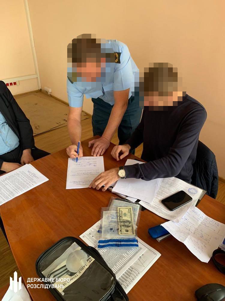 Таможенник поста «Ровно» шантажировал экспортера