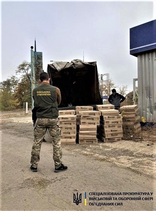 В  Авдеевке местный житель предложил офицеру взятку за помощь в контрабанде сигарет