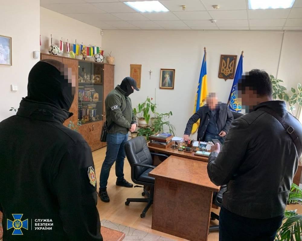 В Ужгороде на взятке поймали топ-чиновника миграционной службы