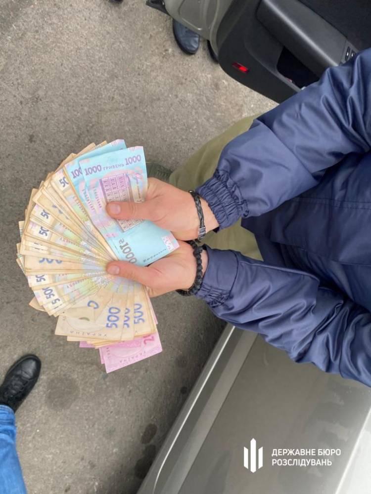 Во Львове на взятке задержали двух налоговиков