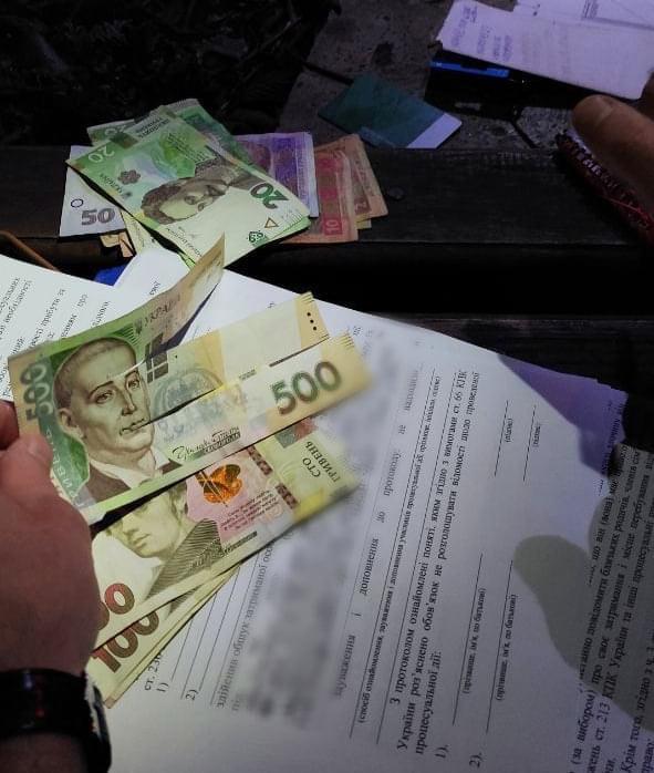 Во Львове двое мошенников пытались несколько раз пополнить мобильные счета одной купюрой