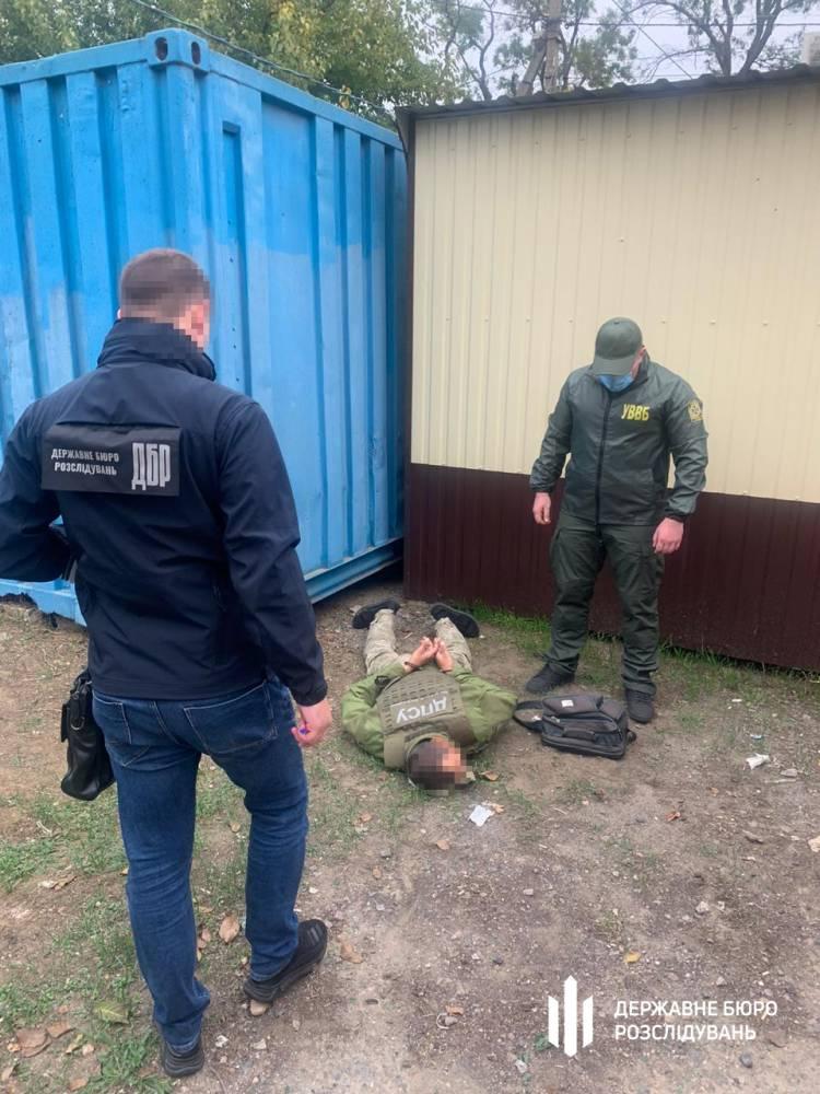 В Белгород-Днестровском пограничник просил тысячу долларов за содействие в контрабанде сигарет