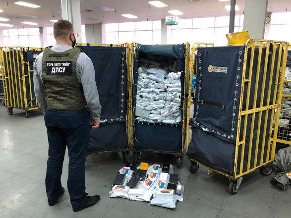 В Борисполе обнаружили 700 нелегальных посылок с техникой