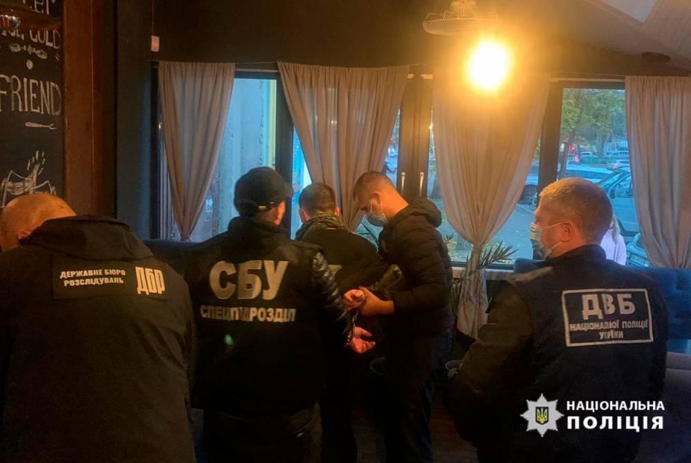В Херсоне патрульный занимался торговлей наркотиками