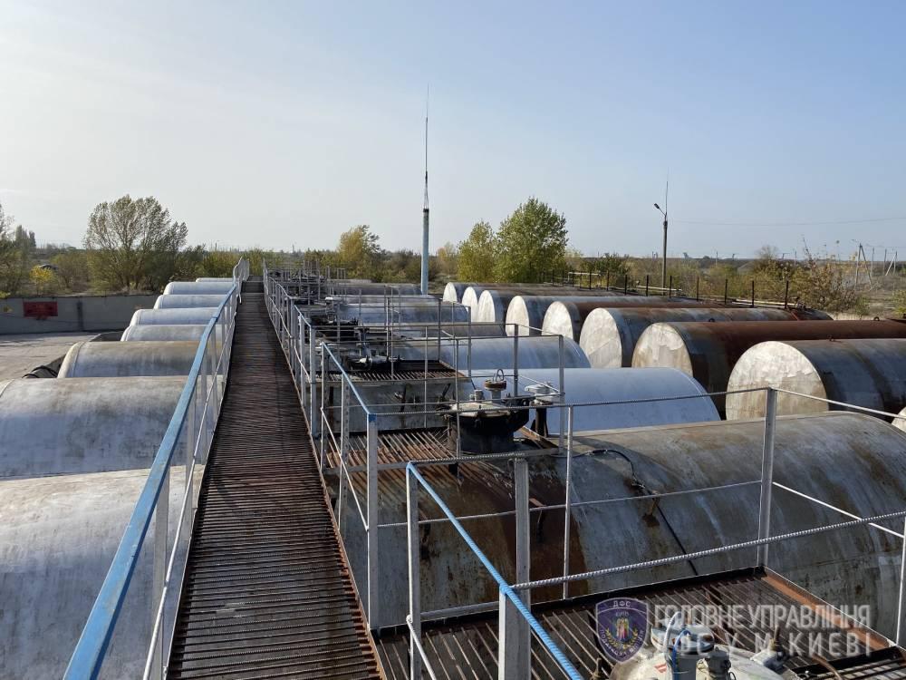 В Киеве налоговики выявили незаконное производстве ГСМ, изъяв почти 37 тысяч литров бензина