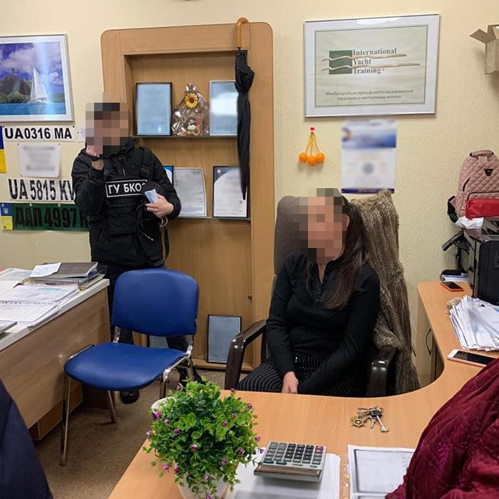В Киеве на взятке для чиновников Морадминистрации задержали посредника