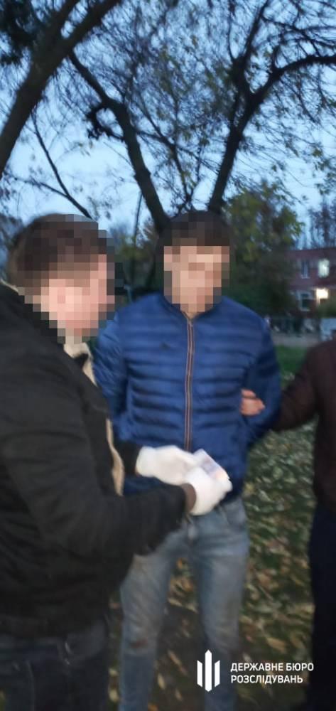 В Херсоне полицейский требовал три тысячи долларов за возврат арестованной квартиры