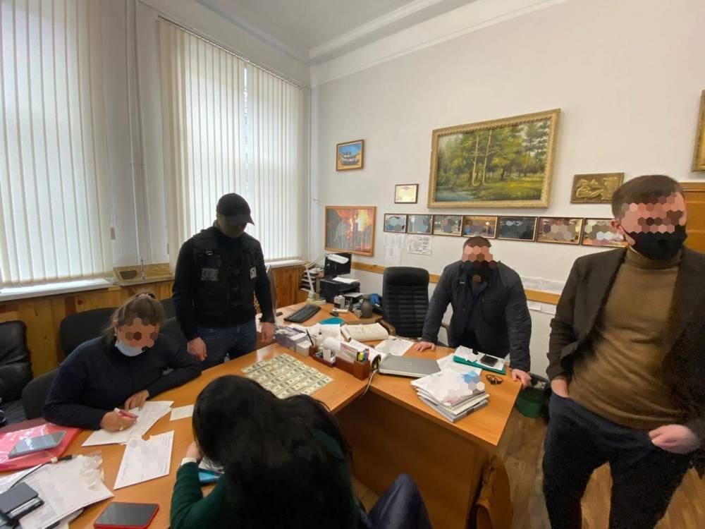 Сотрудники Харьковского тракторного завода за взятку выдавали ордер для приватизации комнаты в общежитии