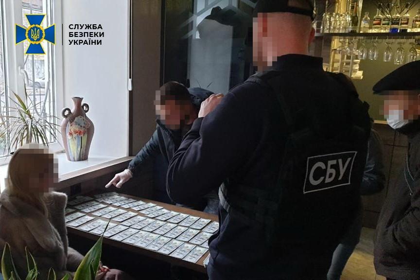 Бухгалтера сети строительных фирм в Николаеве задержали при попытке подкупа