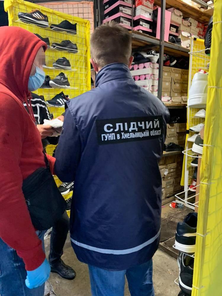 В Хмельницком разоблачили предпринимателей, торговавших поддельной спортивной одеждой известных брендов