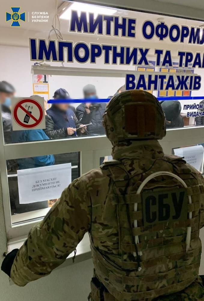 Инспектора таможенного поста «Яворов» задержали из-за сбора взяток у водителей