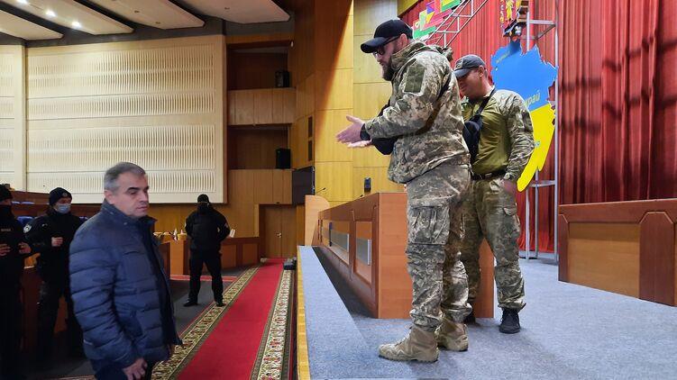 Экс-губернатор привел людей в камуфляже и захватил Запорожский облсовет