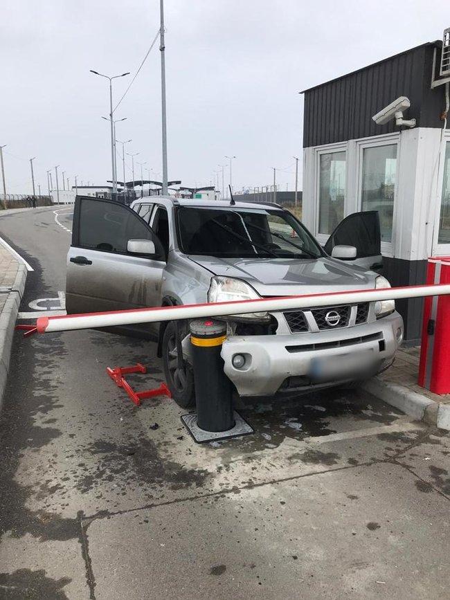 Неадекватный водитель пытался прорваться на внедорожнике через пункт «Чонгар» в аннексированный Крым