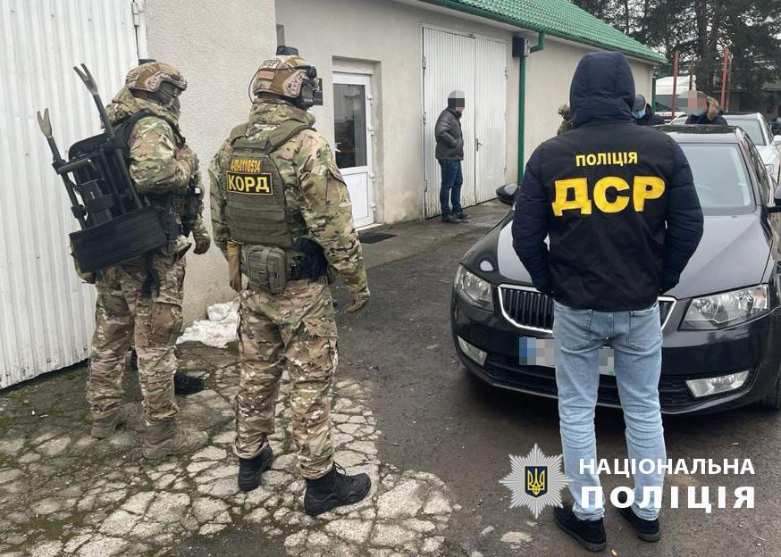 Восьмерых таможенников из Хуста подозревают в коррупции при импорте авто