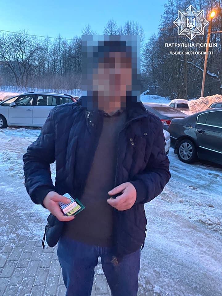 Во Львове вор пытался спрятаться от полиции, зарывшись в снег