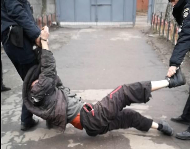 В Сумах патрульные незаконно удерживали инвалида, причиняя ему боль