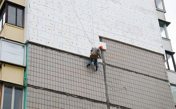 Директора киевского коммунального предприятия обвинили в растрате при утеплении фасадов