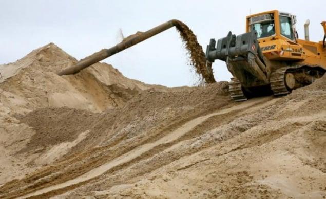 В Киеве директору компании вручили подозрение за кражу песка у реки Десенка