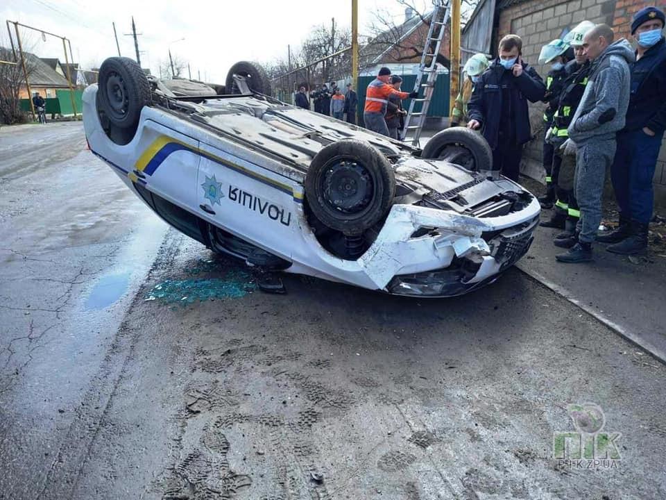 В Пологах автомобиль полиции перевернулся и повредил газопровод