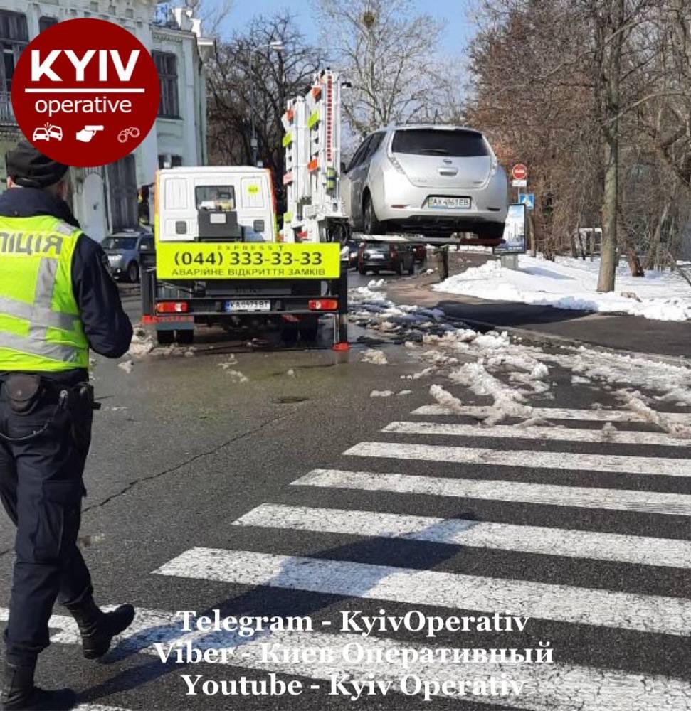 В Киеве автомобиль нардепа Куницкого эвакуировали за неправильную парковку