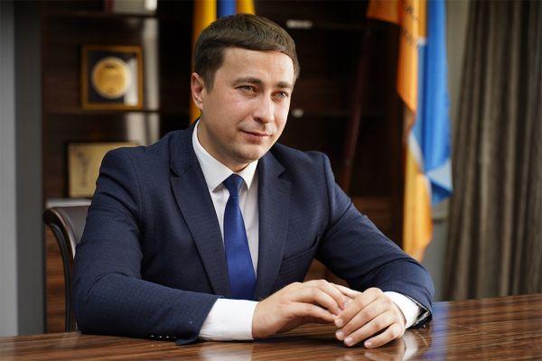 Жена министра Лещенко получила акции в трех компаниях и подарки от мужа на 1,7 млн гривен