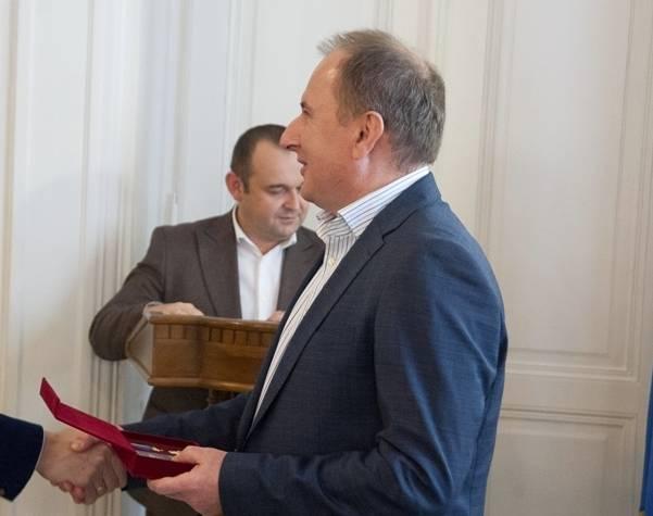 Начальник Львовской железной дороги при зарплате в 1,8 млн гривен получил матпомощь на лечение и скрыл квартиру