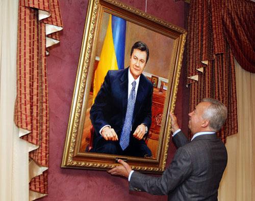 Экс-главу Тростянецкого лесхоза признали невиновным в растрате при покупке портретов Януковича