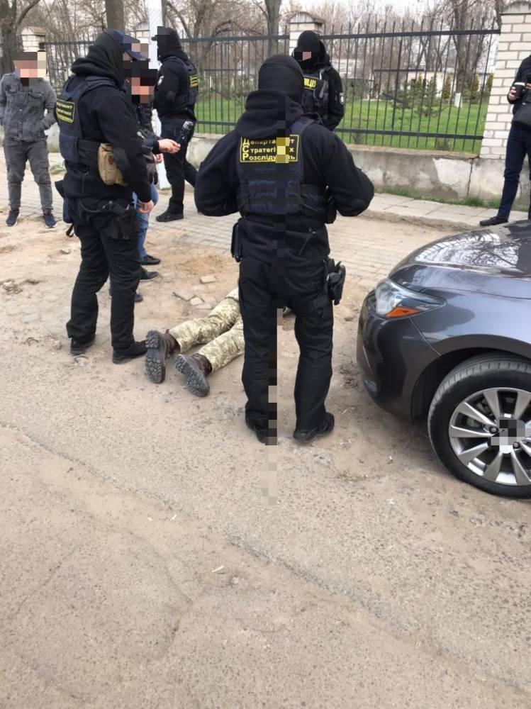 В Черноморске офицер военкомата попался на взятке в 6,5 тысяч долларов