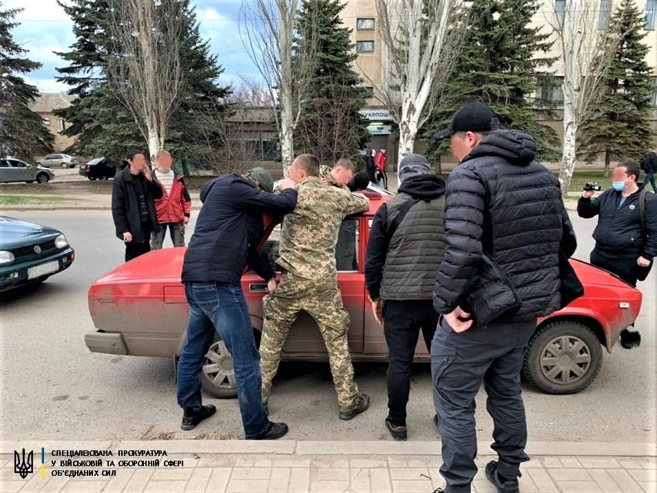 В Донецкой области военнослужащий занимался рэкетом