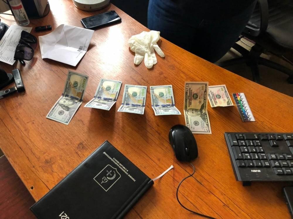 В Сумах полицейский отказался от взятки в одну тысячу долларов
