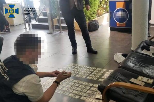В Киеве сотрудник СБУ требовал100 тысяч долларов у сотрудника банка