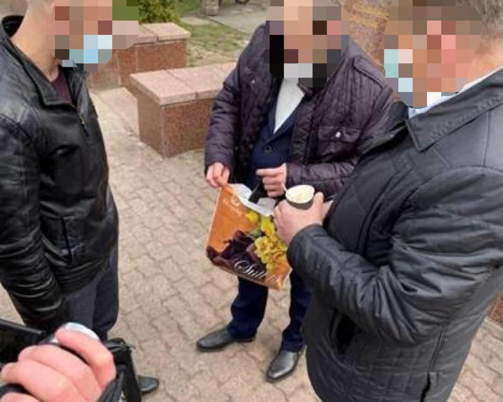 В Черновицкой области директор медучреждения предложил 12 тысяч долларов за свою должность
