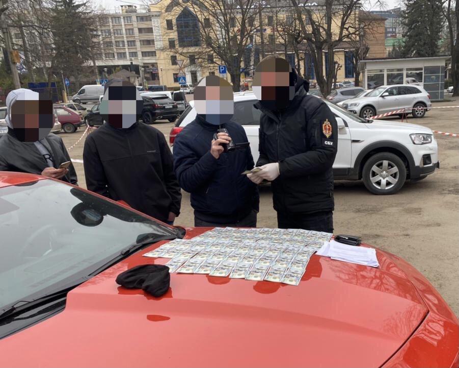 В Черновцах адвокат вымогал деньги для влияния на судью