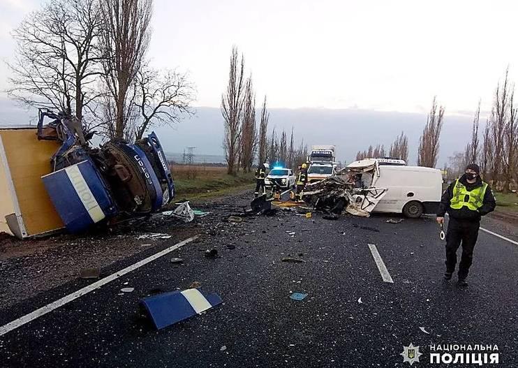 Возле Николаева столкнулись микроавтобус похоронного агентства и фура «Укрпочты»