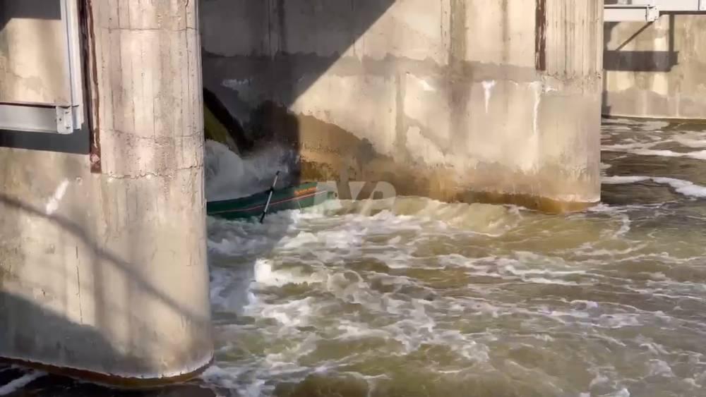 В Полтавской области у дамбы перевернулась лодка с людьми