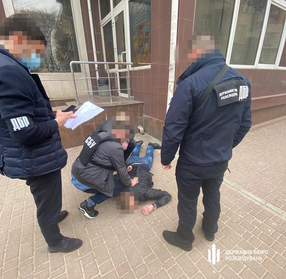 В Одессе работник фискальной службы шантажировал предпринимателей налоговыми проверками