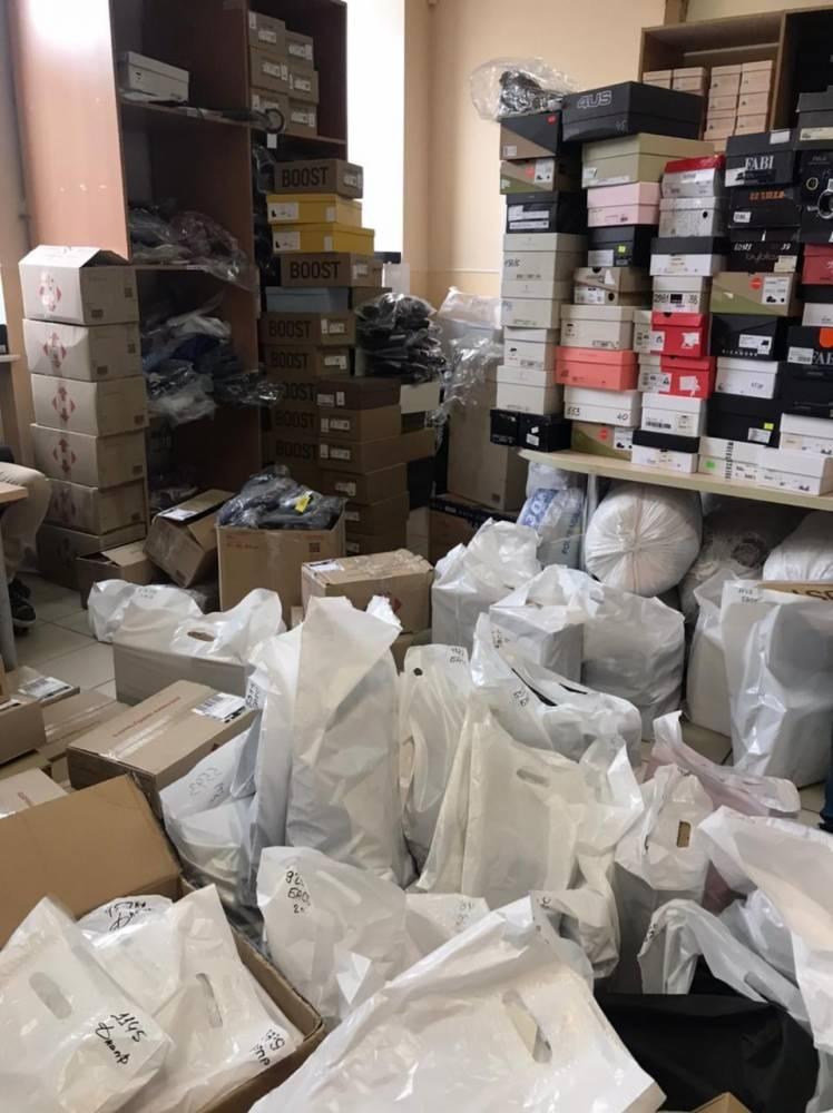 В Киеве ряд компаний уличили в незаконной продаже обуви известных брендов
