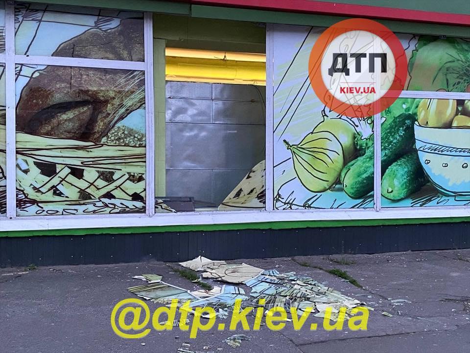 В Киеве сотрудник банка взорвал банкомат в супермаркете