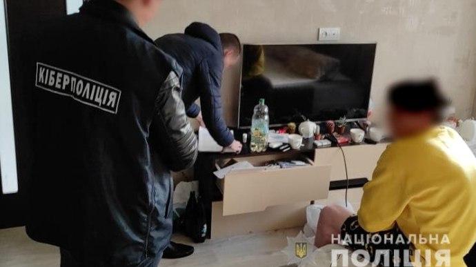Трое украинцев украли у иностранцев миллион гривен через интернет-банкинг