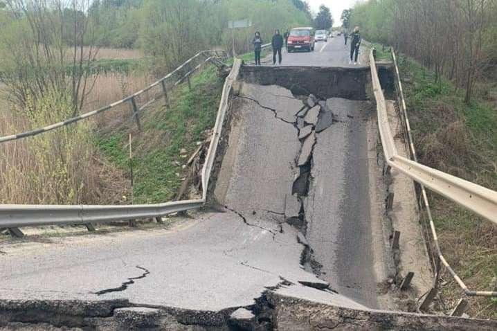 Во Львовской области обвалился дорожный мост